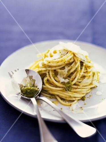 Spaghettis with pistachio pesto