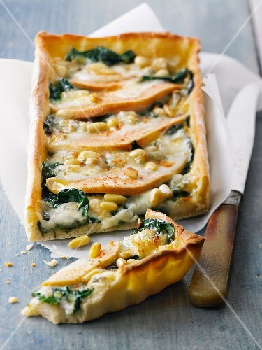 Pear,spinach and gorgonzola pizza