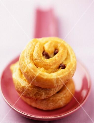 A stack of raisin buns
