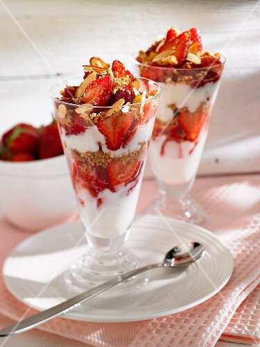 Quark desserts with strawberries and dried fruit