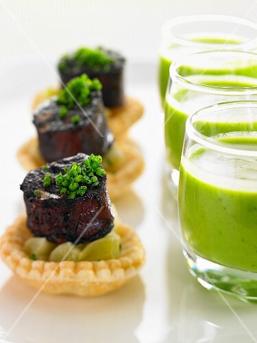 Pea soup in glasses and leek tartlets with sausage