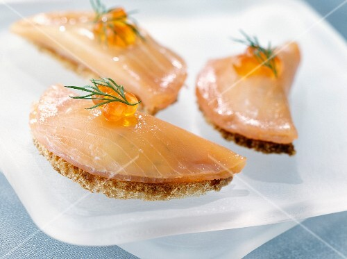 Salmon and cream cheese canapés with salmon roe