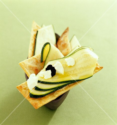 Crackers topped with sliced courgettes and cheese