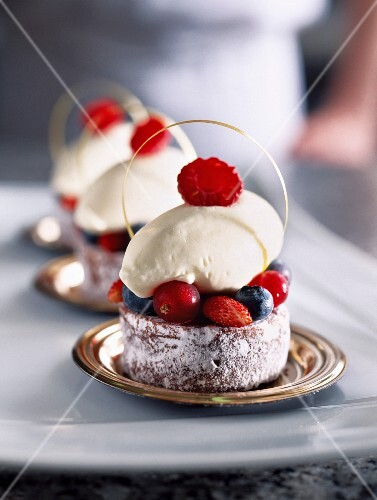 Mini brownie cakes with forest fruits, recipe from Plaza Athénée