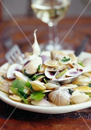 Sautéed clams with garlic and coriander