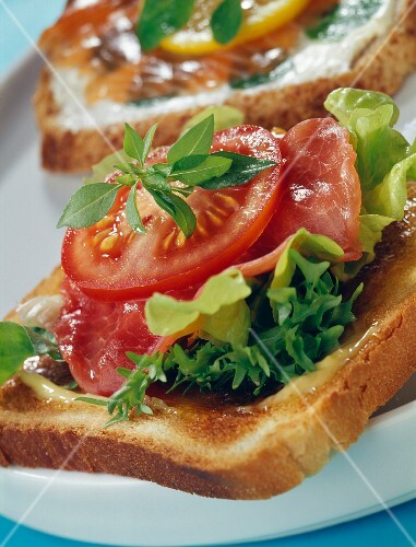 Beef carpaccio and tomatoes on sandwich bread