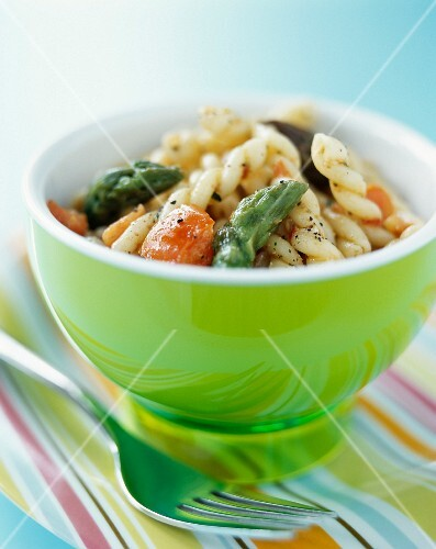 A small pasta salad with fusilli and asparagus