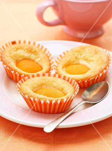 Small apricot and yoghurt cup cakes