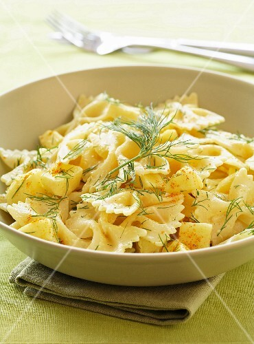 Farfalles with curry and dill