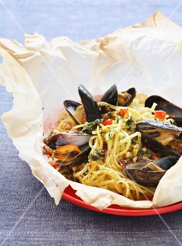 Spaghettis and mussel papillote