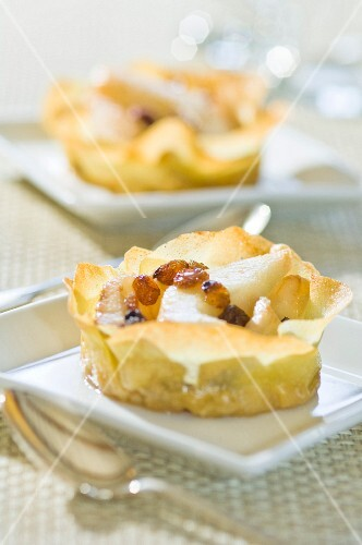 Filo pastry with pears and raisins
