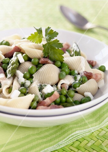 Shell pasta with peas and strips of bacon