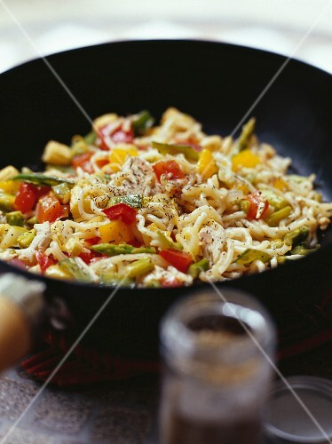 Chickcne and chinese noodles in a wok