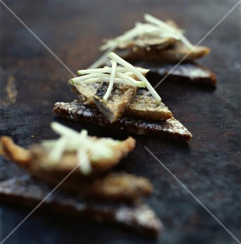 Crispy mackerel canapés with apple