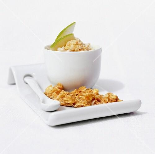 Porridge with apple and homemade praline