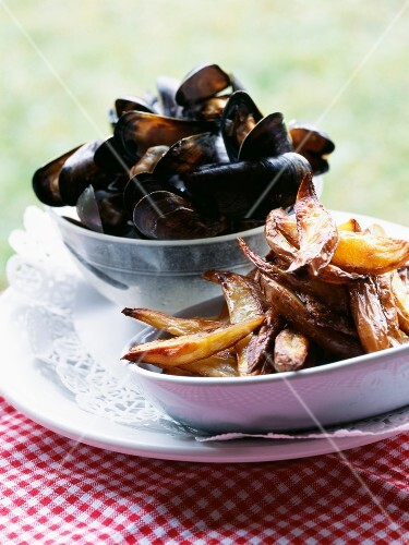 Mussels marinieres with crisp potatoes