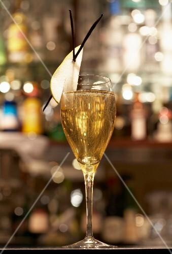Champagner im Glas mit Birne und Vanille
