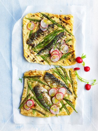 Small sardine and green bean pizzas