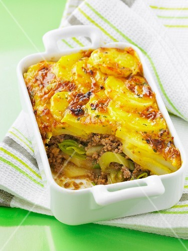 Leek,potato and minced beef cheese-topped dish