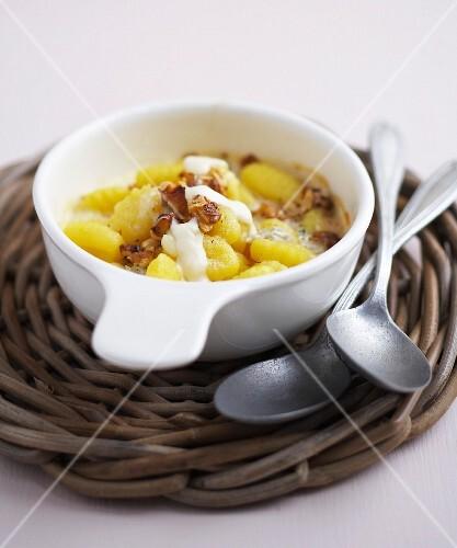 Gnocchis, gorgonzola and walnut gratin