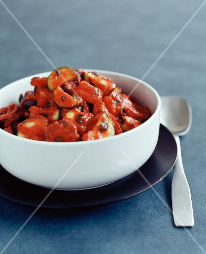 Zuchinis with tomato sauce