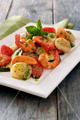 Pan-fried scallops and gambas with vegetables