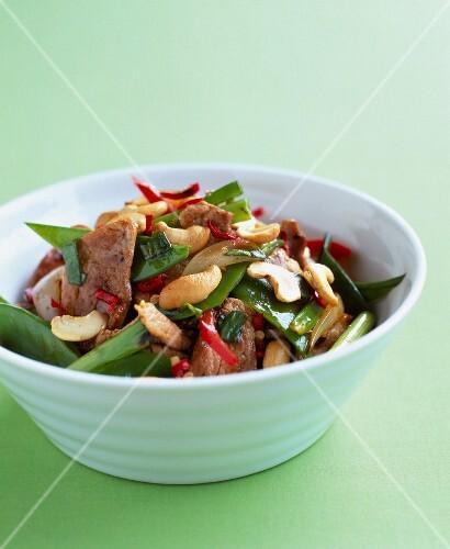 thai salat mit schweinefleisch zuckerschoten und cashewn ssen bild kaufen 60172246 stockfood. Black Bedroom Furniture Sets. Home Design Ideas