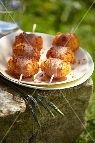 Potato brochettes coated in chorizo crumbs