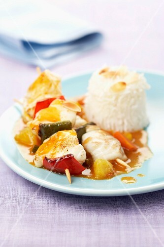 Cod and pepper brochettes with mango and almond sauce