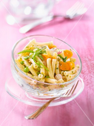 Macaronis with spring vegetables and parsley pesto