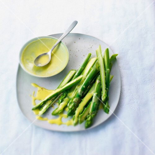 Green asparagus with creamy lemon sauce
