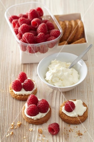 Shortbread cookies topped with cream and fresh strawberries