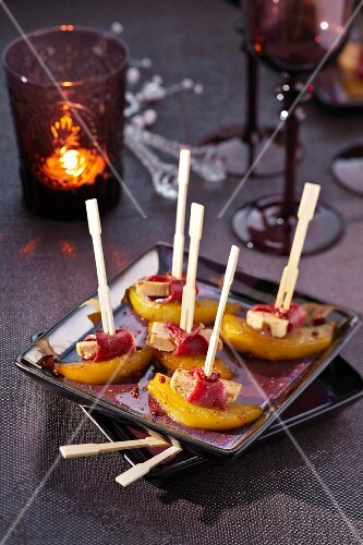 Gorgonzola wrapped in smoked duck magret and peach brochettes