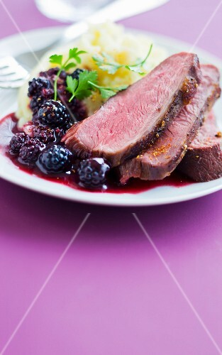 Duck magret with blackberries, homemade mashed potatoes