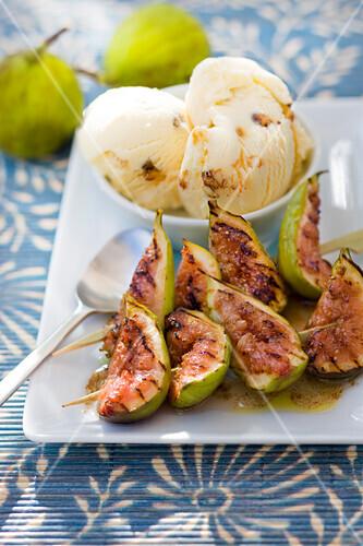 Fig brochettes with walnut ice cream