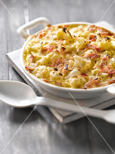Cauliflower and ham cheese-topped dish