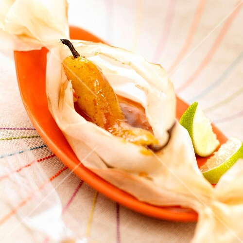 Vanilla-flavored banana with rum and lime cooked in wax paper
