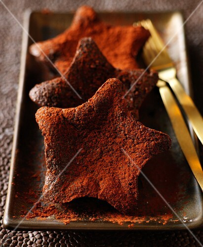 Star-shaped chocolate cakes