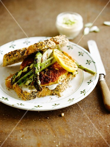Burger-style turkey and green asparagus sandwich