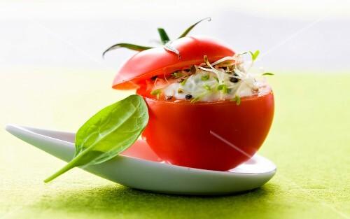 gef llte tomate mit frischk se bild kaufen 60210926 stockfood. Black Bedroom Furniture Sets. Home Design Ideas