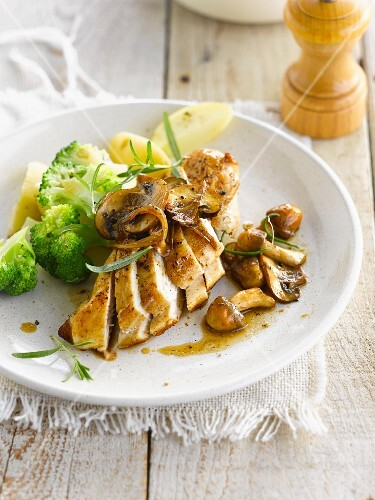 Chicken breast with mushrooms, steamed broccolis and potatoes