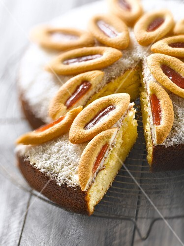 Island cake topped with Barquettes de Lu biscuits