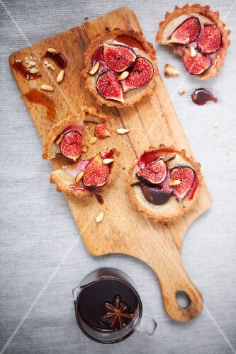 Fig tartlets with star anis syrup