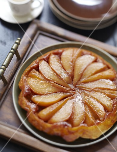 Cinnamon-flavored upside-down pear cake