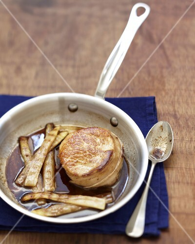 Steak with vinaigar gravy and grilled white asparagus