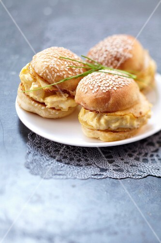 Scrambled egg and pear mini burgers