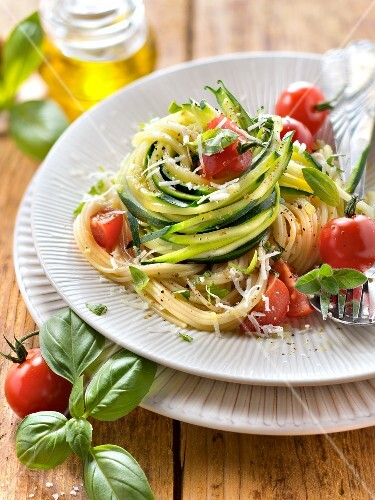 Zucchini spaghettis with cherry tomatoes and parmesan