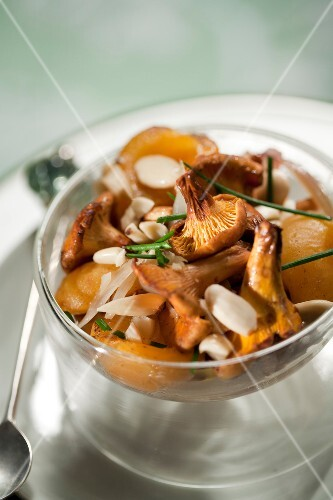 Pan-fried chanterelles with almonds