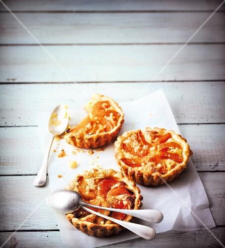 Abricot-amaretti individual pies