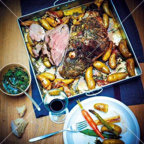 Leg of lamb with rosemary and potatoes